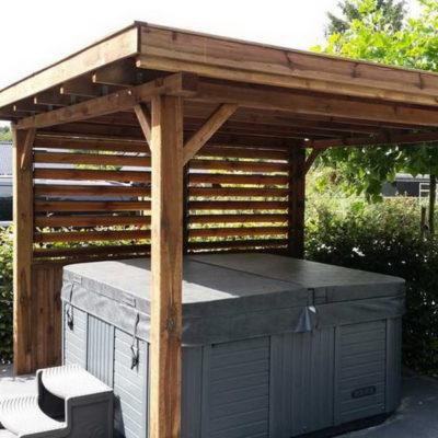 janik:Un abri au design très chaleureux et convivial en bois naturel traité qui accueillera votre spa et le protègera de la pluie, du vent ou des ardeurs du soleil.