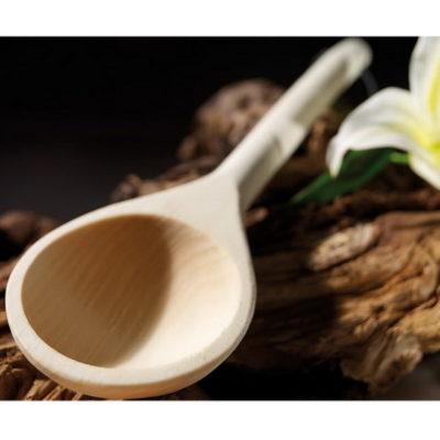 Louche sauna Karibu fabriquée en bois naturel, la louche possède un manche cylindrique légèrement courbé pour une meilleure préhension et un cordon