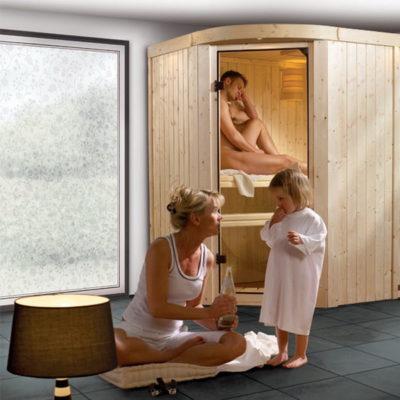 Sauna Lavea : un sauna aux formes douces en bois du nord. 2 belles surfaces vitrées offrent aux personnes qui l'utilisent un contact avec l'environnement extérieur.