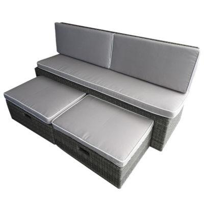 Canapé en résine tressée de 2 larges places avec 2 coussins glissés dans 2 tiroirs pour étendre ses jambes : le bien-être est garanti.