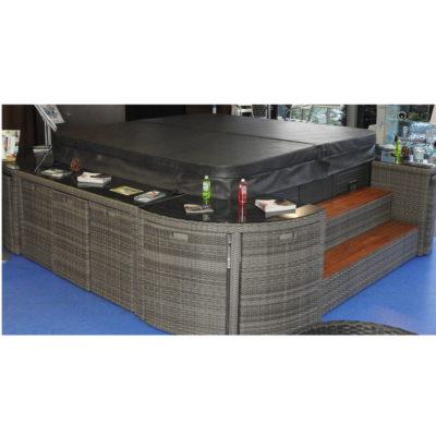 Ensemble mobilier résine tressé tendance et pratique qui complète de façon très design tous les spas de dimensions 2,30 mX 2,30 m