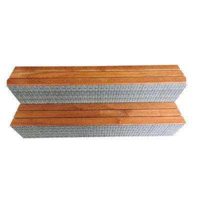 2 larges marches en teck insérées dans un cadre en résine tressée.