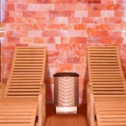 Le Alto Sel est bien plus qu'un simple Sauna Vapeur grâce a son mur de sel naturel, idéal pour profiter de tous les bienfaits du sel et de la vapeur. Ce Sauna Traditionnel très spécial apporte à la fois une sensation chaleureuse et une fraîcheur apaisante rappelant ainsi une ambiance de bord de mer en été.